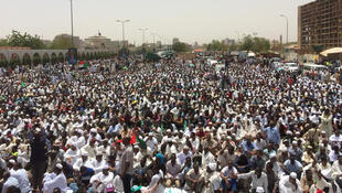 蘇丹民眾繼續示威要求通過文職政府向民主過渡2019年4月12日喀土穆