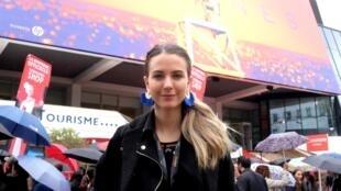 Szilvia Forro devant le Palais des Festivals à Cannes. La jeune Hongroise a été sélectionnée parmi des milliers de candidats pour le pass exclusif : « Trois jours au Festival de Cannes ».
