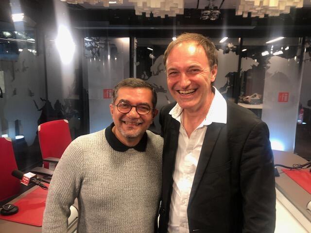 O amazonense Rosivaldo Cordeiro e o francês Philippe Lafon (d) nos estúdios da RFI em Paris.