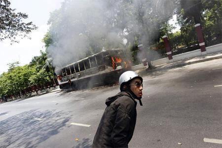 Bus incendiado en el centro de la capital tailandesa