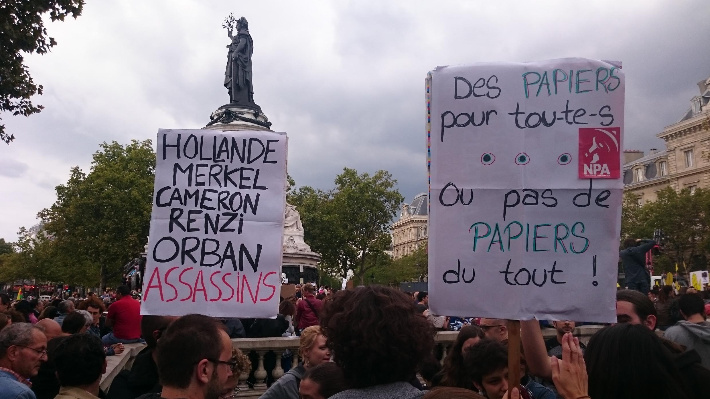 Участники парижского митинга солидарности с мигрантами c плакатом, называющим европейских лидеров «убийцами», 5 сентября 2015 года