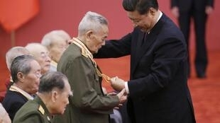 Le président Xi Jinping décore un vétéran chinois de la Seconde Guerre mondiale, le 2 septembre 2015.