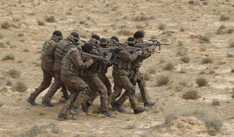 Quân đội Tunisia tập trận dọc biên giới với Lybia ngày 06/02/2016.