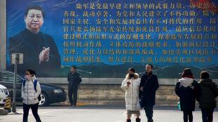 Bích chương lớn với chân dung và lời huấn thị của chủ tịch Tập Cận Bình trên đường phố Bắc Kinh. Ảnh chụp ngày 26/02/2018.