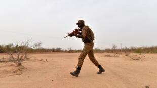 一名布基纳法索士兵在首都瓦加杜古(Ouagadougou)参加反恐训练