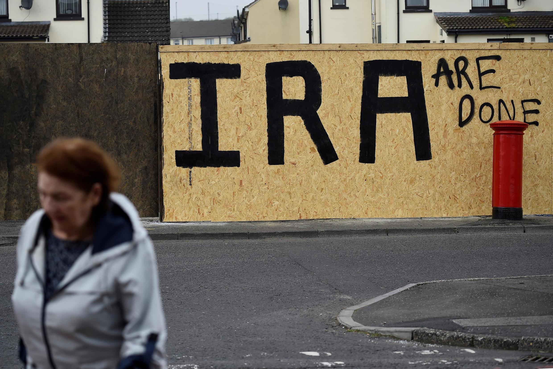 """""""IRA acabou"""" diz mensagem pintada em Londonderry, na Irlanda do Norte, onde morreu baleada a jornalista Lyra McKee, na última quinta-feira, 18 de abril."""