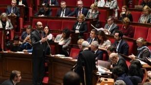 Os deputados franceses aprovaram nesta madrugada um polêmico artigo de um novo projeto de lei destinado a impedir a participação de indivíduos violentos e vândalos em manifestações na França.
