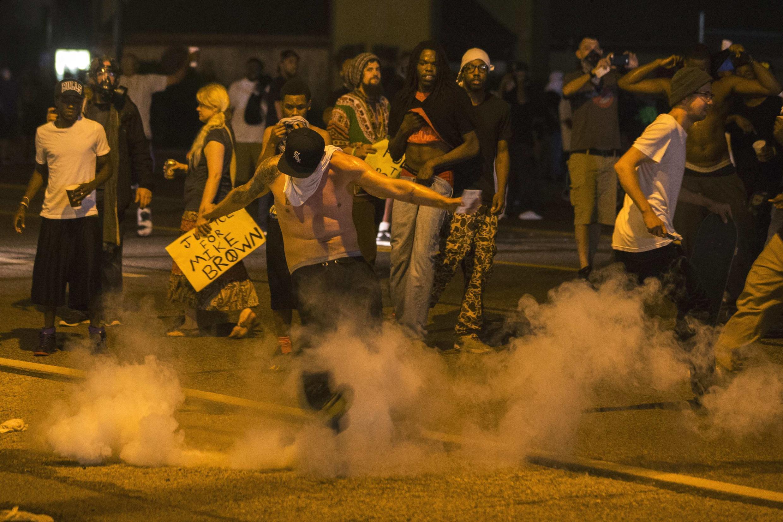 Cảnh tượng bạo loạn tại thành phố Ferguson,Missouri, đêm ngày 17/8/2014.