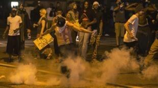 Protestos em Ferguson, no Missouri, neste domingo (17).