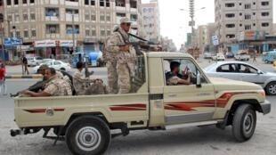 Patrouille militaire dans le quartier Mansoura à Aden, le 30 mars 2016.