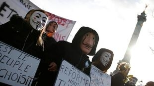 Manifestantes desfilaram novamente pelas ruas de Paris em protesto contra projeto de reforma da Previdência.