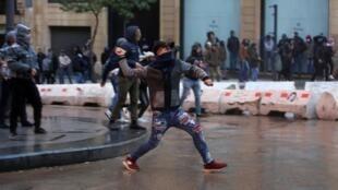 Un manifestant jetant une pierre lors d'une manifestation contre le nouveau gouvernement, à Beyrouth, le 22 janvier 2020.