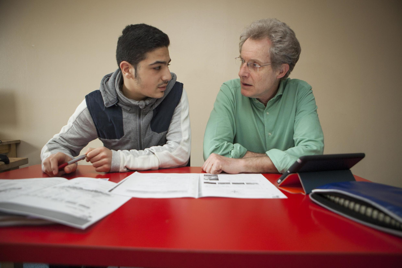Muhammed, un jeune de 16 ans de Damas en Syrie, apprend l'allemand avec l'aide d'un volontaire autrichien dans un centre d'accueil, le 1er avril 2016 à Vienne.
