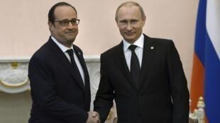 François Hollande e Vladimir Putin trocam aperto de mãos no dia 24 avril, em Yerevan, na Armênia.