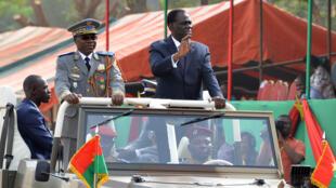 Le président de la transition burkinabé aux côtés du chef des armées, pendant les célébrations du 55e anniversaire de l'indépendance du Burkina Faso, le 11 décembre 2015.