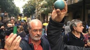 برپایه برخی گزارش ها تعدادی از تظاهرکنندگان با گلوله های پلاستیکی پلیس زخمی شدند.