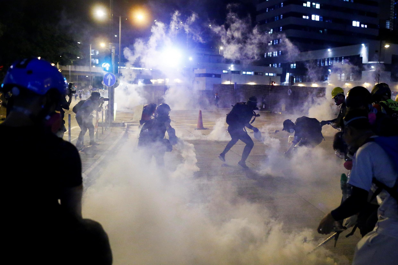 香港葵芳警署外反送中示威者向警方扔返催泪弹,2019年8月11号