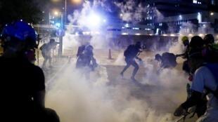 香港葵芳警署外反送中示威者向警方扔返催淚彈,2019年8月11號