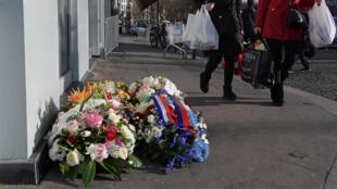 Des fleurs déposées au pied de l'Hyper Cacher à la porte de Vincennes, deux ans après l'attentat, le 5 janvier 2017.
