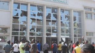 Des manifestants sont entrés de force dans le Parlement burkinabè, à Ouagadougou, le 30 octobre 2014.