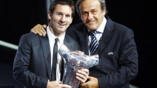 Lionel Messi avec Michel Platini lors de la remise du trophée du meilleur joueur évoluant en Europe, en août 2011.