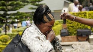 Mulher chora ao reconhecer filho morto por extremistas na Universidade de Garissa, no Quênia.