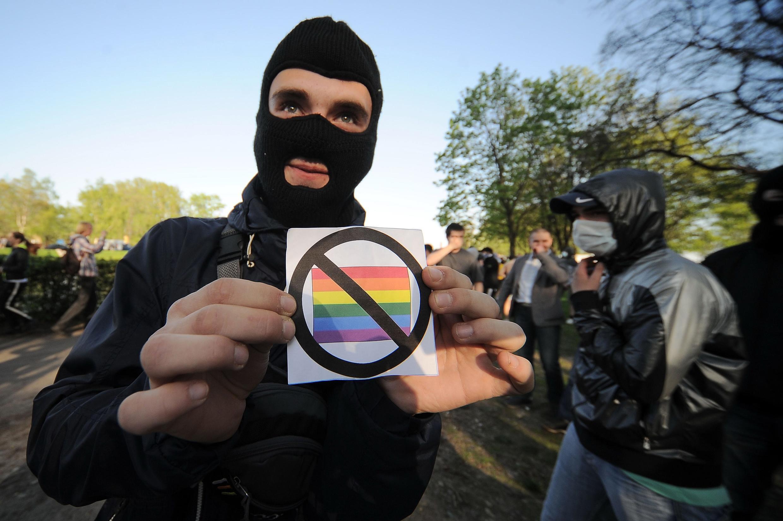 Демонстрация протеста против геев во время «Радужного флешмоба» против гомофобии, Санкт-Петербург, 17 мая 2012 года