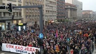 Ils étaient plusieurs dizaines de milliers de manifestants à défiler ce samedi 13 avril dans le centre de Belgrade contre le président Vucic et son gouvernement.