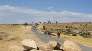 Les Erythréens affluent librement en Ethiopie. Vue du poste-frontière entre les deux pays, où chaque jour, depuis le 11 septembre, des centaines d'Erythréens arrivent en Ethiopie pour commercer, ou y rester.