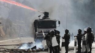 Policías enfrentan a los manifestantes, este 11 de septiembre de 2013 en La Paz.
