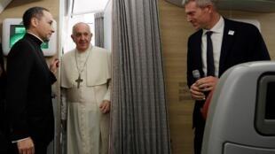 Le pape François, à bord de son avion en route pour Bangkok, le 19 novembre 2019.
