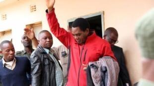 Kiongozi wa upinzani nchini Zambia Hakainde Hichilema (Aliyevaa fulana nyekundu) akifika Mahakamani Agosti 14 2017