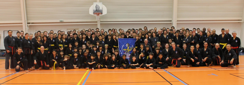 Võ sư Phan Toàn Châu và các môn sinh Tây Sơn võ đạo trong một cuộc tập huấn tại Pháp.