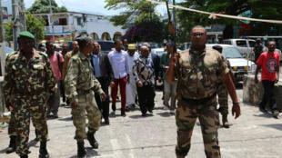 Le président Azali Assoumani à Mutsamudu, la principale ville d'Anjouan, le 23 octobre 2018, après que les forces comoriennes ont repris le contrôle de la médina.
