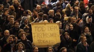 """Manifestantes muestran una pancarta que lee """"Muerte al fascismo"""" durante una protesta contra el partido de extrema derecha alemán AfD en Berlín luego del anuncio de los resultados de las elecciones legislativas el 24 de septiembre de 2017."""