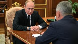 Le président russe Vladimir Poutine a rencontré le ministre de la Défense, Sergueï Choïgou, après la mort de 14 marins russes dans l'incendie d'un sous-marin de recherche de l'armée russe, dans le Grand Nord, le 2 juillet 2019.