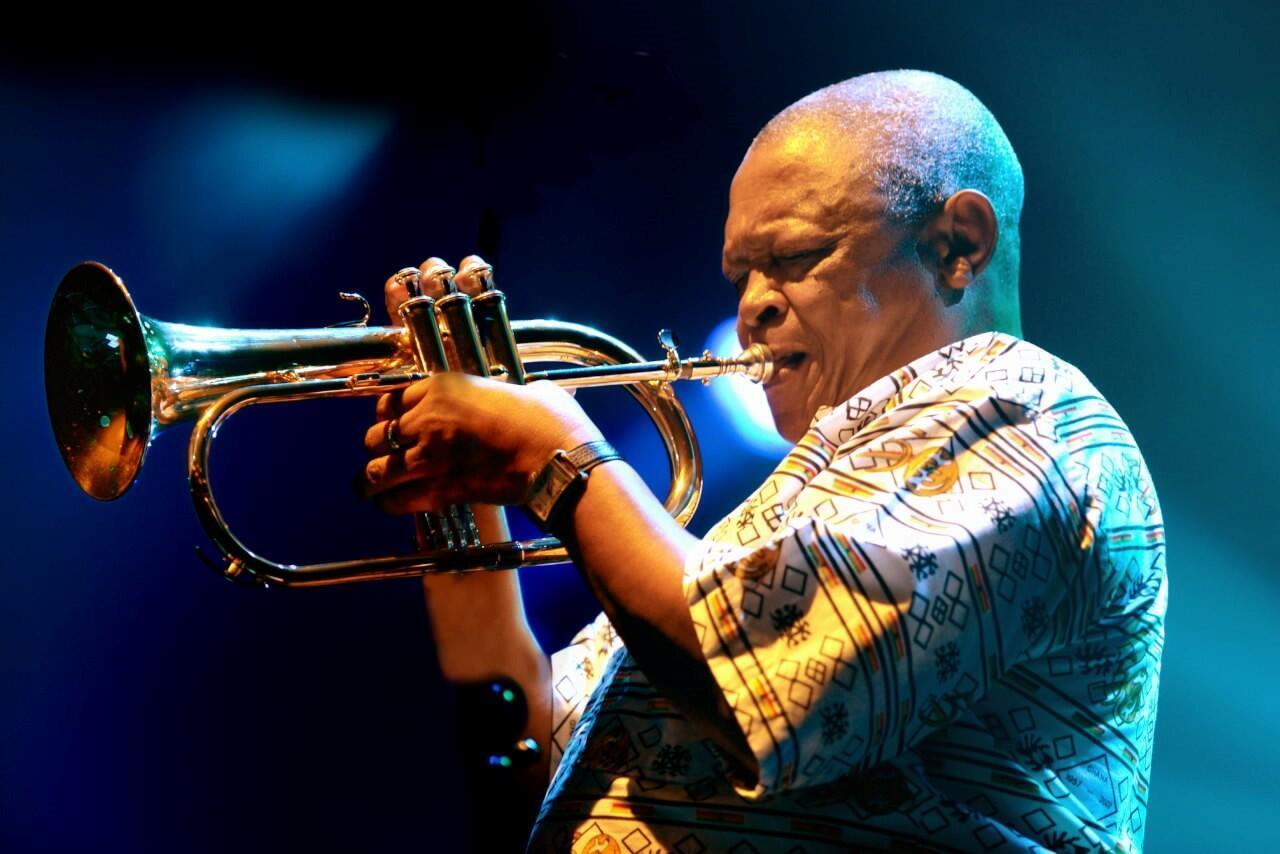 Hugh Masekela en concert à Paris en 2010.
