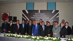 Le Premier ministre de Maurice, Pravind Jugnauth, a présenté le projet «Metro Express» entouré de ses partenaires indiens et singapouriens, le 31 juillet 2017.