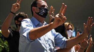 El entonces candidato a la alcaldía de Rio de Janeiro Eduardo Paes saluda a sus seguidores después de votar durante la segunda vuelta de las elecciones municipales en Rio de Janeiro, el 29 de noviembre de 2020