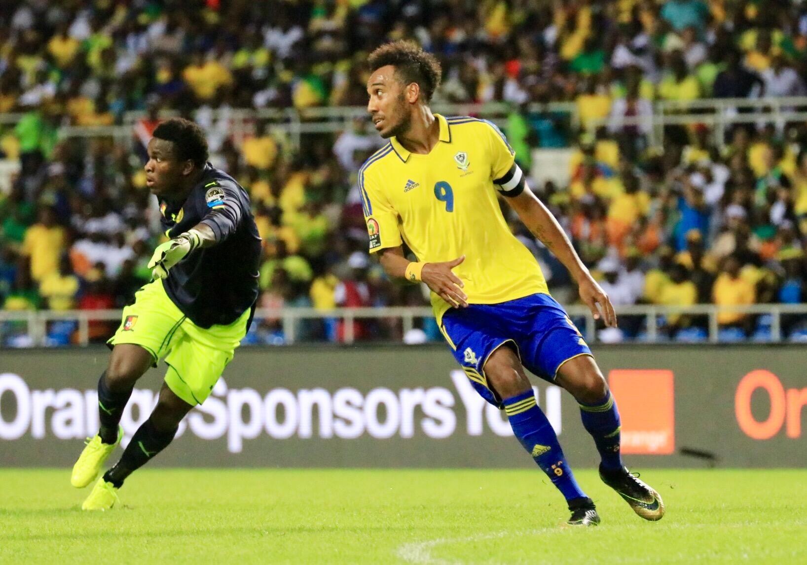 El camerunés Fabrice Ondoa y el gabonés Pierre-Emerick Aubameyang, este 22 de enero de 2017 en Libreville.