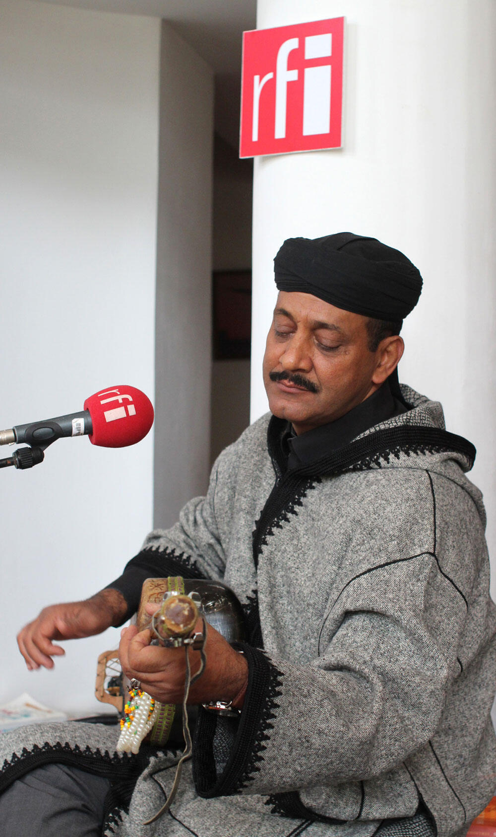 Maâlem Hamid Elkasri à Essaouira dans le studio RFI.