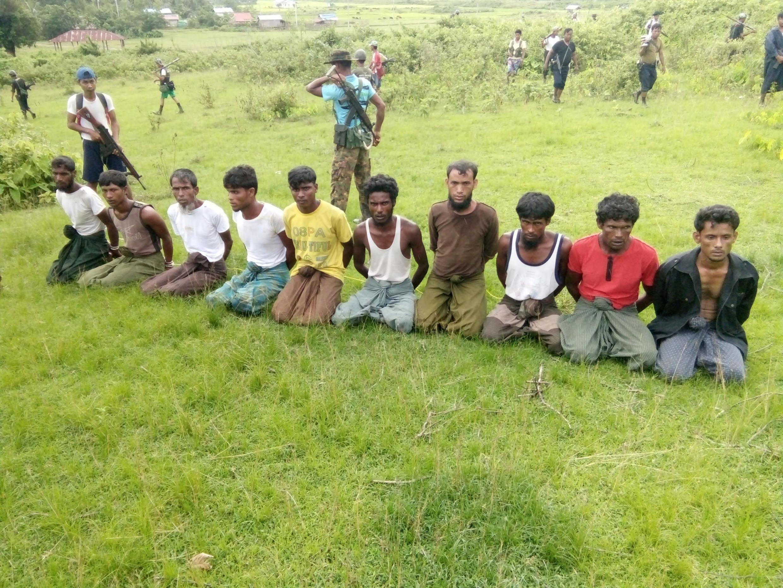 Một chục người Rohingya bị bắt, tay bị trói, dưới sự canh gác của lực lượng an ninh Miến Điện, tại làng Inn Din, bang Rakhine, ngày 02/09/2017