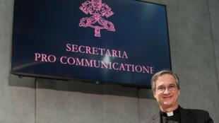Le responsable de la communication du Saint-Siège, Mgr Dario Vigano, dans la salle de presse du Vatican, le 24 janvier 2017.