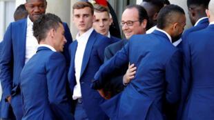 فرانسوا هولاند، رئیس جمهوری فرانسه، بازیکنان و دست اندرکاران تیم ملّی فوتبال فرانسه را به میهمانی ناهار در کاخ الیزه دعوت کرد - ۱۱ ژوئیه ۲۰۱۶۲۰۱۶