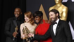 Призеры 89-й церемонии «Оскар» (слева направо): Махершала Али (лучший актер второго плана), Эмма Стоун (лучшая актриса), Виола Дэвис (лучшая актриса второго плана) и Кейси Аффлек (лучший актер).