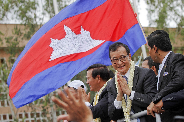 Sam Rainsy, chef du principa parti d'opposition, salue ses supporteurs à Phnom Penh, le 19 juillet 2013.