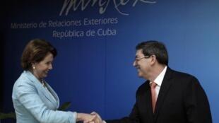 La parlamentaria demócrata Nancy Pelosi con el canciller cubano Bruno Rodríguez en La Habana, el 18 de febrero de 2015.
