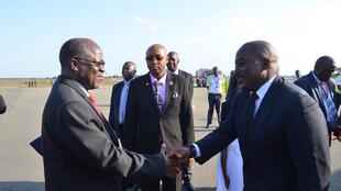 Rais wa Tanzania, John Magufuli akiwa na mgeni wake rais wa DRC, Joseph Kabila wakati alipowasili jijini Dar es Salaam, Tanzania.