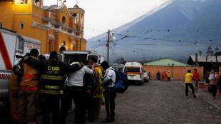 Maafisa wa Zima Moto katika mji wa San Juan Alotenango baada ya mlipuko wa volkano ya Fuego.