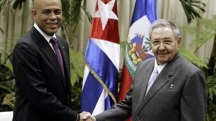 Le président haïtien Michel Martelly et son homologue Raul Castro lors de leur rencontre à Cuba, le 16 novembre 2011.